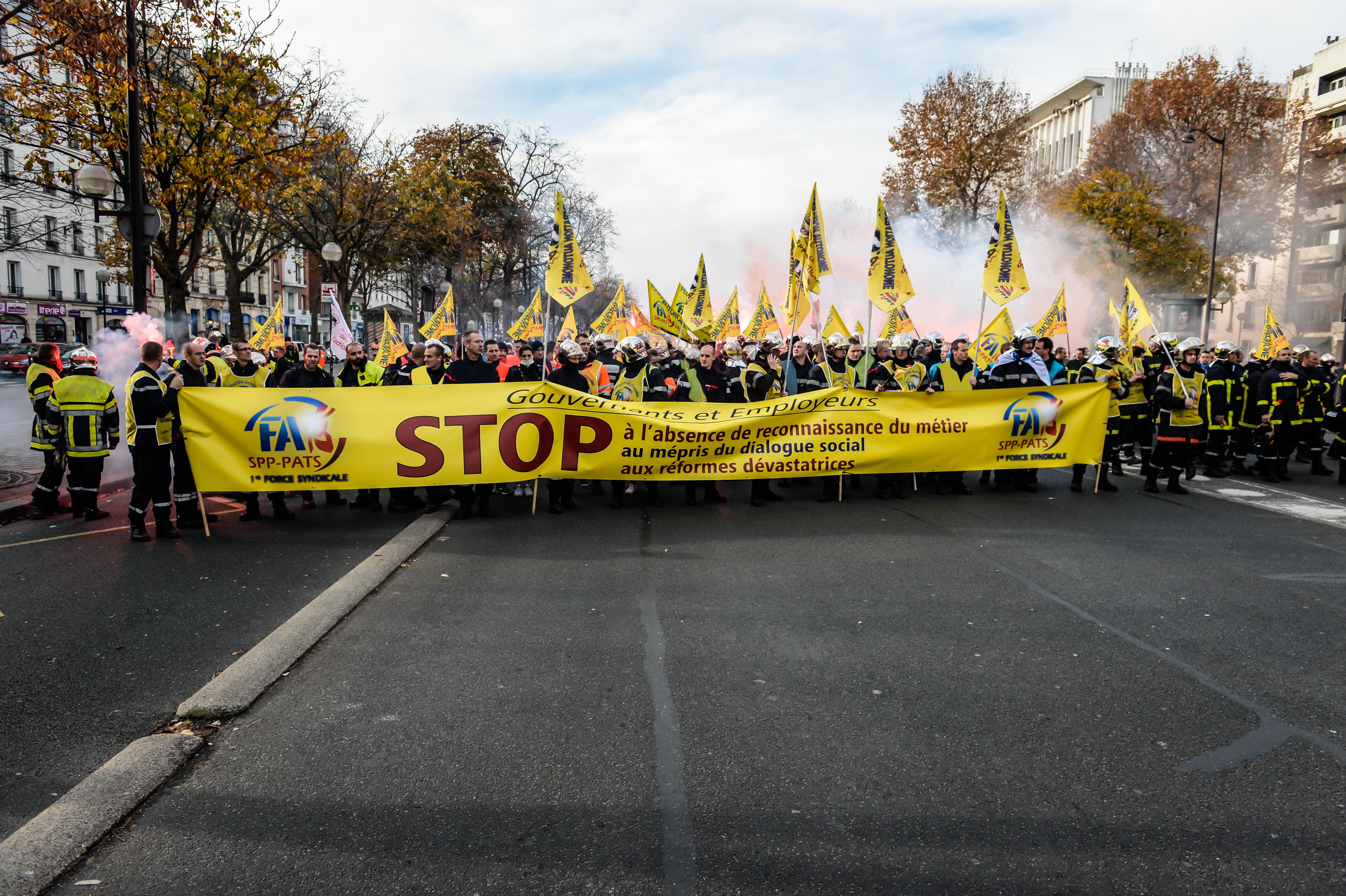 Manifestation des Sapeurs Pompiers avec la Federation Autonome des Sapeurs Pompiers SPP - PATS, 1ere force syndicale, le 24 novembre 2016 Place de la Nation à Paris pour exprimer leur mécontentement et repositionner leur métier à la place qu'il mérite. Paris, FRANCE - 24/11/2016
